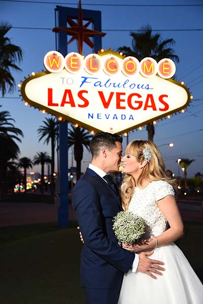 Welcome To Las Vegas Sign Wedding Photos