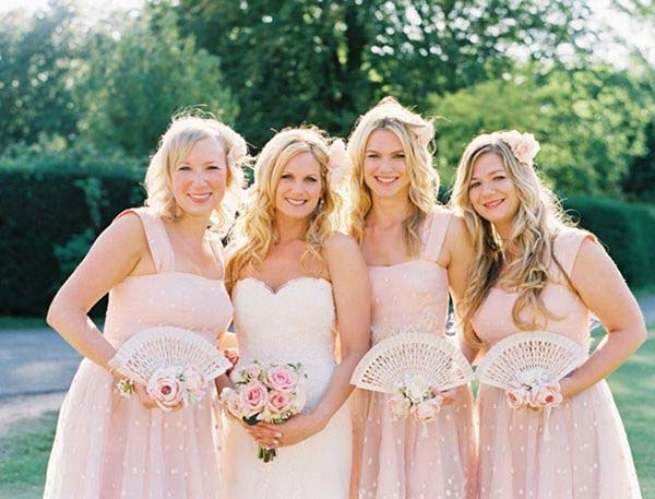 Summer Wedding Ideas to stay cool |Bride with Fan